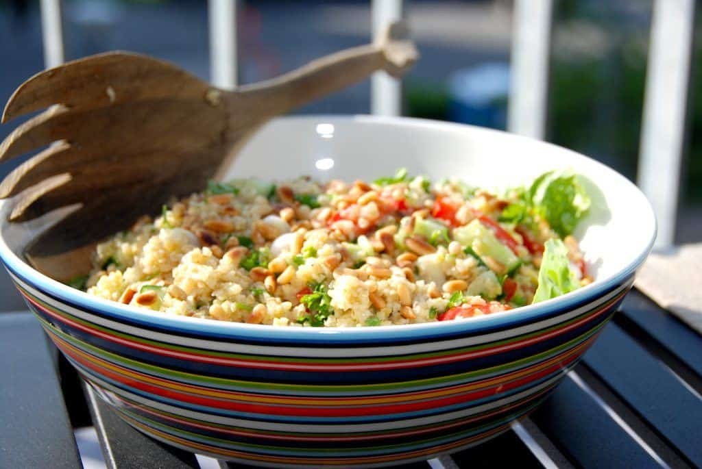 Lækker bulgursalat med salat, tomater, agurk, friskhakket persille og ristede pinjekerner. Foto: Guffeliguf.dk.