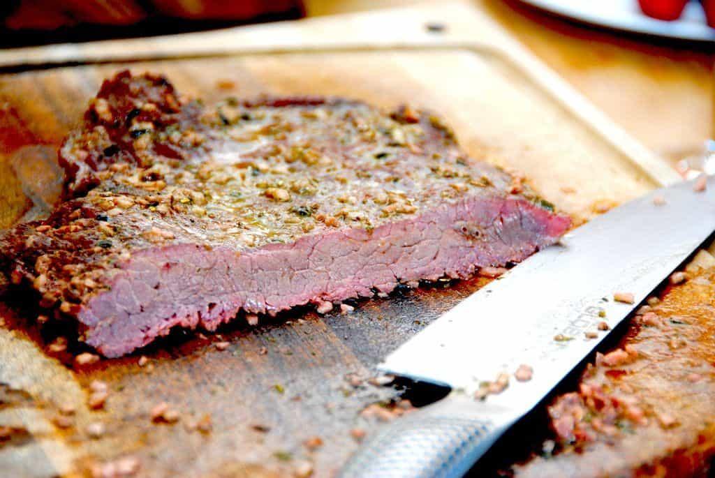 Sådan en flankesteg i ovn skal steges i cirka 15 minutter, og derefter skåres i helt tynde og skrå skiver. Så er kødet mørt som smør. Foto: Guffeliguf.dk.