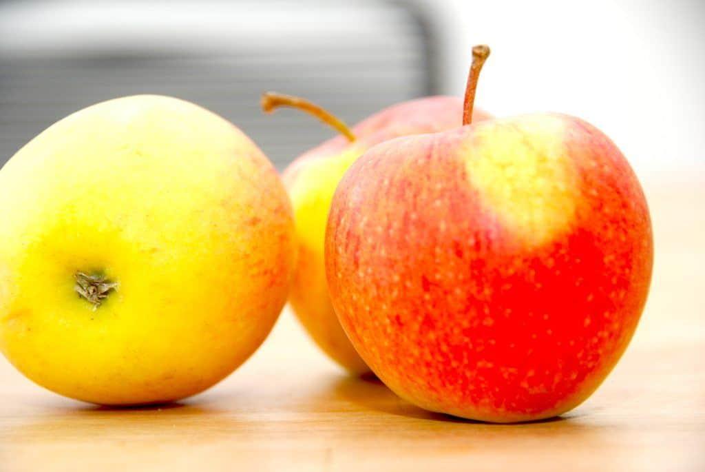 Klassisk dansk og gammeldags æblekage med rasp - præcis som mormor lavede den. Husk at bruge gode, danske og økologiske æbler. Foto: Guffeliguf.dk.