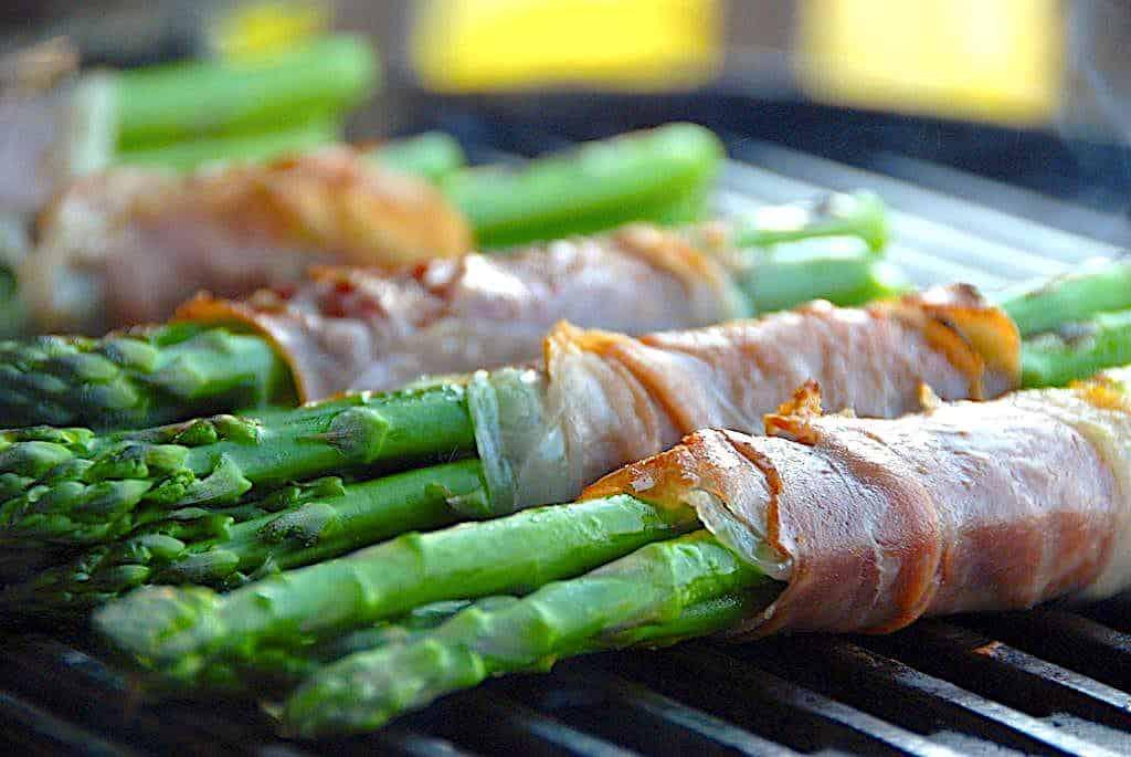 Grillede asparges med parmaskinke som tilbehør