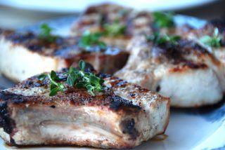 Grillkoteletter med ben krydres med salt og friskkværnet peber, og grilles fire minutter på hver side ved direkte varme. Foto: Guffeliguf.dk.