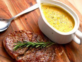 Hjemmelavet grøntsagsbearnaise tager få minutter at lave, og så er den noget sundere end den traditionelle sauce bearnaise, der jo laves af rigelige mængder smør og æggeblommer. Foto: Madensverden.dk.