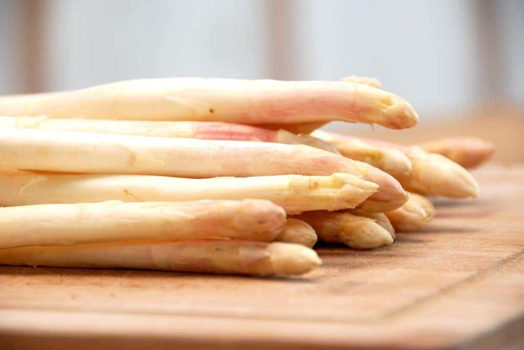 Hvide asparges er fantastiske, men du skal huske at skrælle dem grundigt inden de koges. Foto: Guffeliguf.dk.