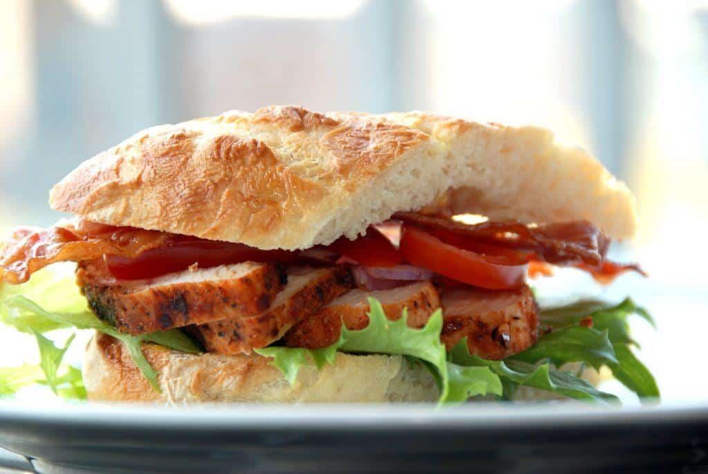 Hjemmelavet karrysandwich med kylling, der er grillet og skåret i skiver. Foto: Guffeliguf.dk.