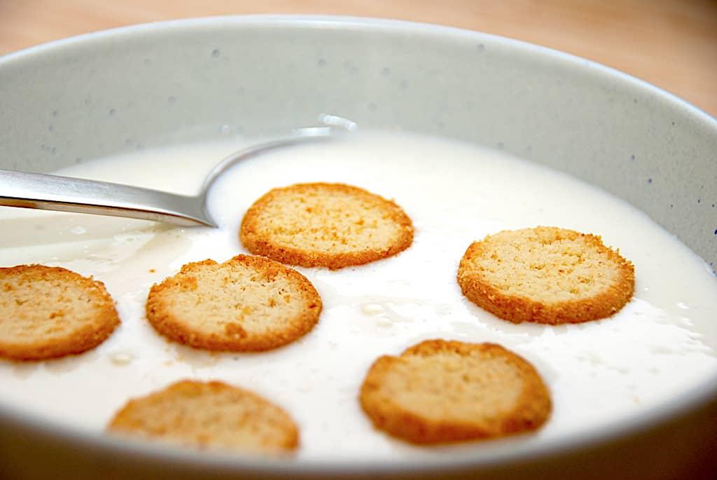 Koldskål - nem opskrift med kærnemælk på 5 minutter