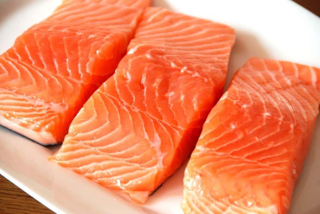 Lækre laksebøffer i ovn er nem aftensmad. Køb eller skær laksebøfferne på 200-250 gram - ikke under. Foto: Guffeliguf.dk.