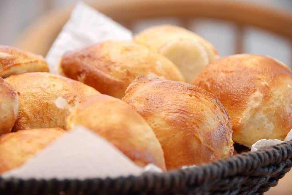 Dejlige og sprøde madbrød med durummel. Brødene er bagt helt uden hverken smør eller olie. Foto: Guffeliguf.dk.