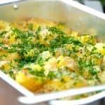 Maste kartofler kaldes også for knuste kartofler eller mashed potatoes. Her er de maste kartofler lavet med smøår og frisk persille. Foto: Guffeliguf.dk.