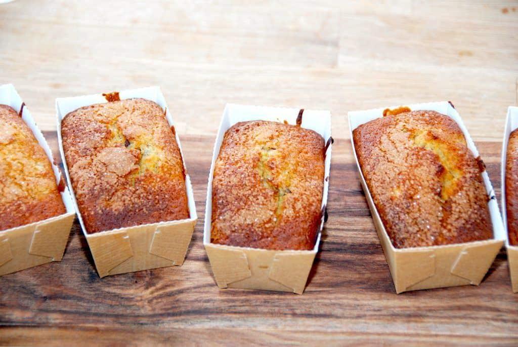 Dejlige muffins med banan og stykker af mørk chokolade. Bagt med lidt muscovado sirup, der giver kagerne en god smag. Foto: Guffeliguf.dk.