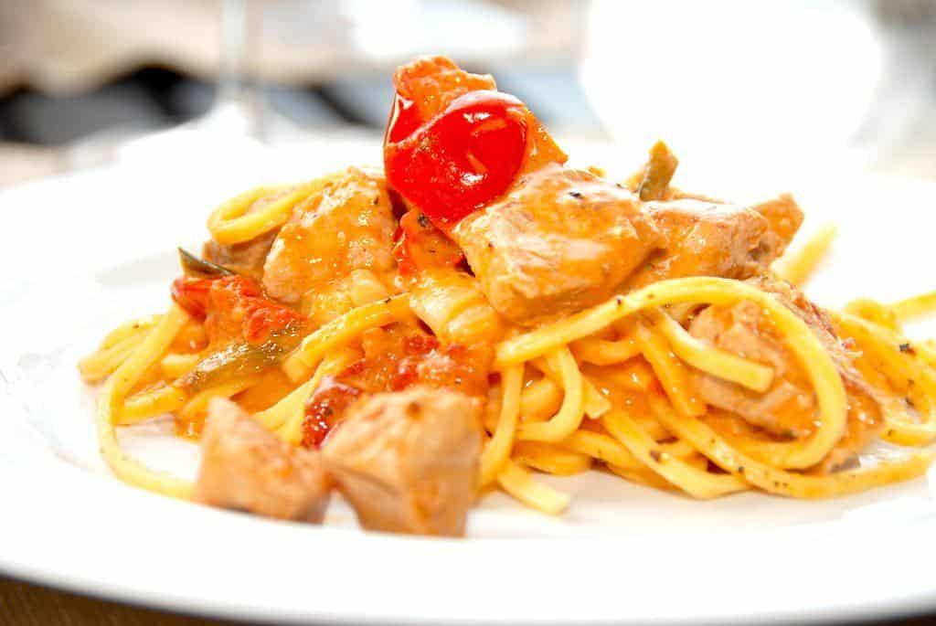 Paprikaristet skinkekød med pasta i tomatflødesauce