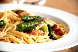 Spaghetti med bacon og cremet flødesauce