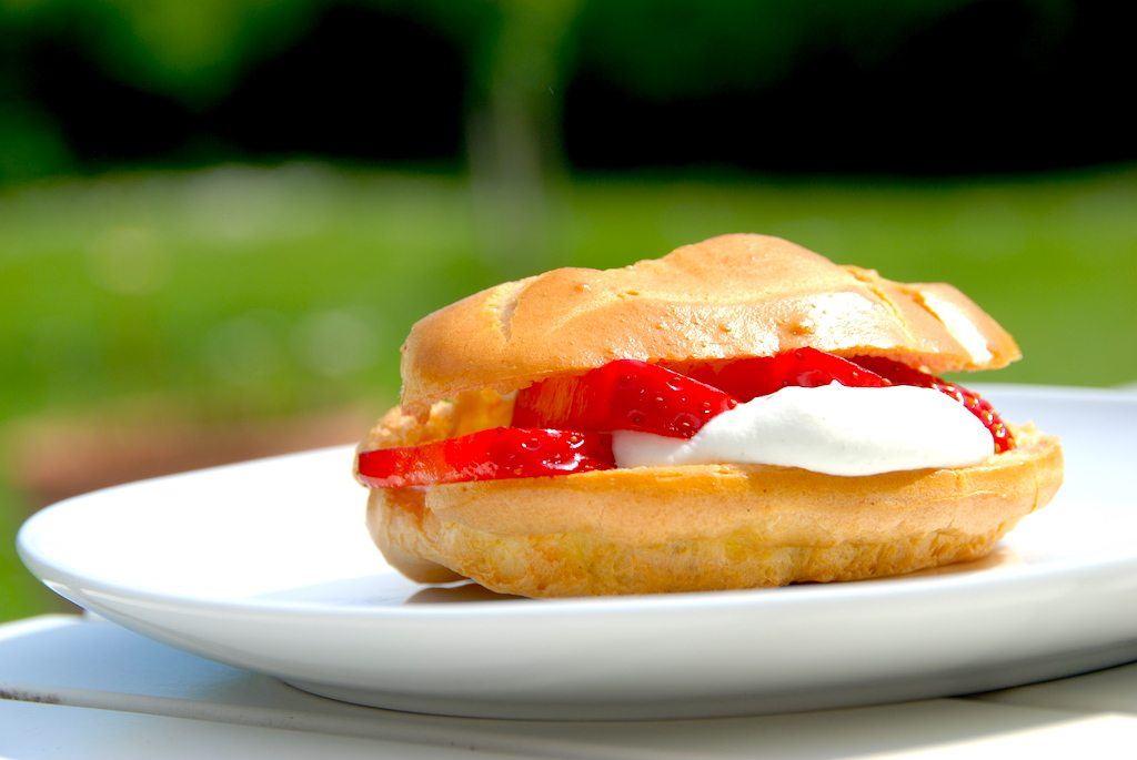 En rigtig sommerkage. Intet mindre. Vandbakkelser med jordbær, der får selskab af en letpisket flødeskum med vanilje. Foto: Guffeliguf.dk.