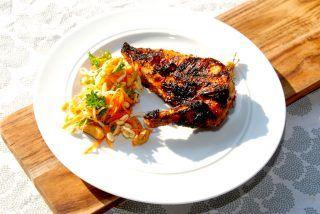 Grillet og velstegt balsamicomarineret kyllingebryst, der kan serveres med en salat med bønnespirer. Foto: Guffeliguf.dk.