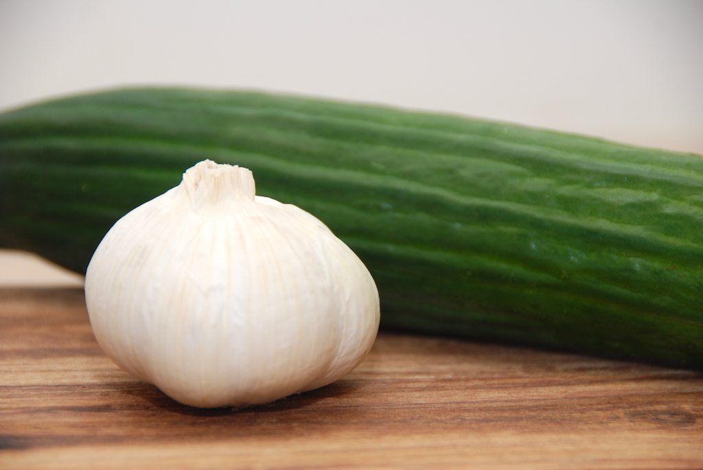 En god opskrift på hjemmelavet tzatziki indeholder naturligvis agurk og hvidløg. Der er jo tale om den græske udgave af agurkesalaten. Foto: Guffeliguf.dk.