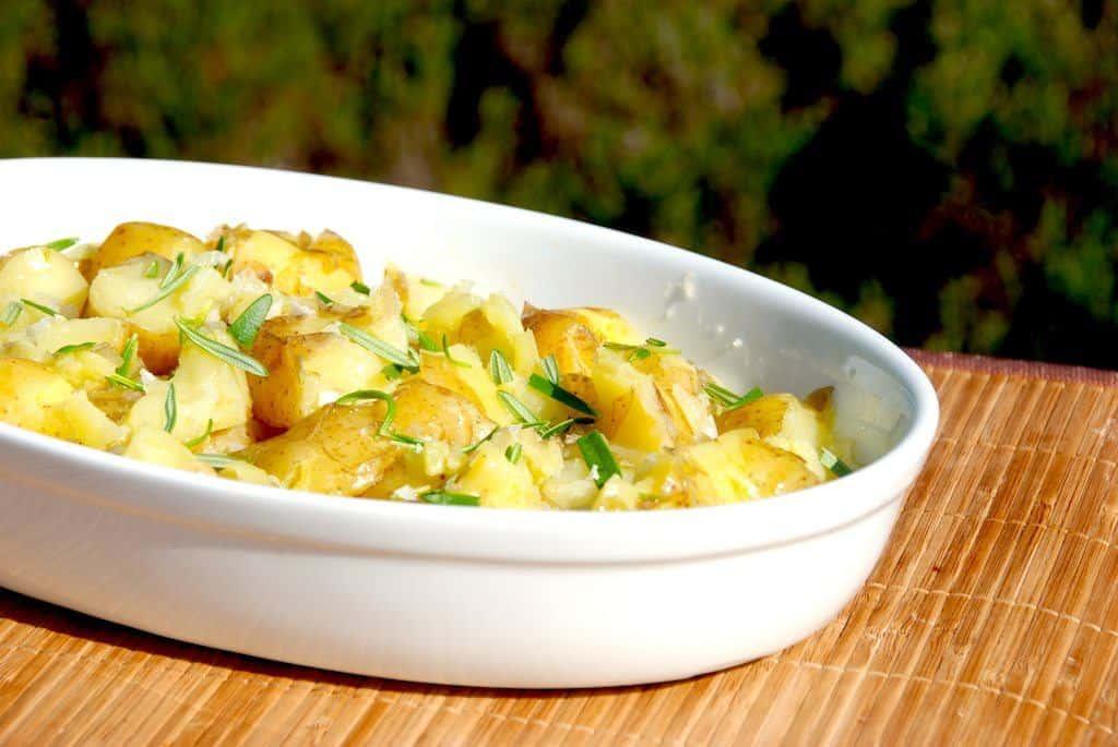 Crushed potatoes er maste kartofler, der ristes af i ovnen sammen med olivenolie, rosmarin og flagesalt. Foto: Guffeliguf.dk.