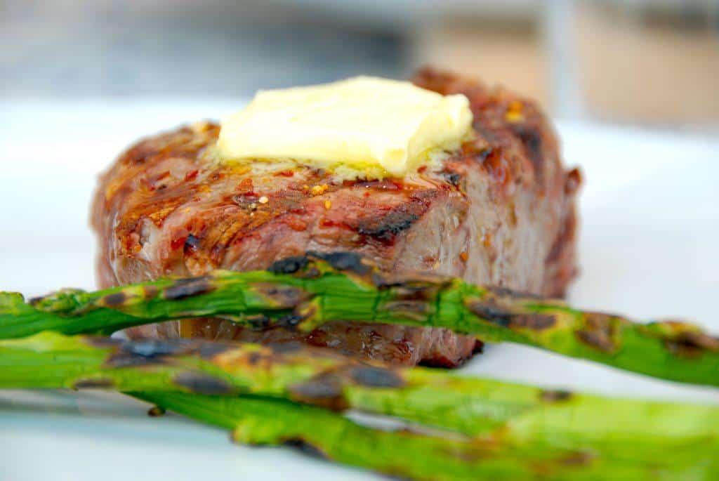 Grillbøf med smør er hurtig mad på grillen, men stadig noget af det bedste. Samtidig kan du så lavede grillede grønne asparges. Foto: Guffeliguf.dk.