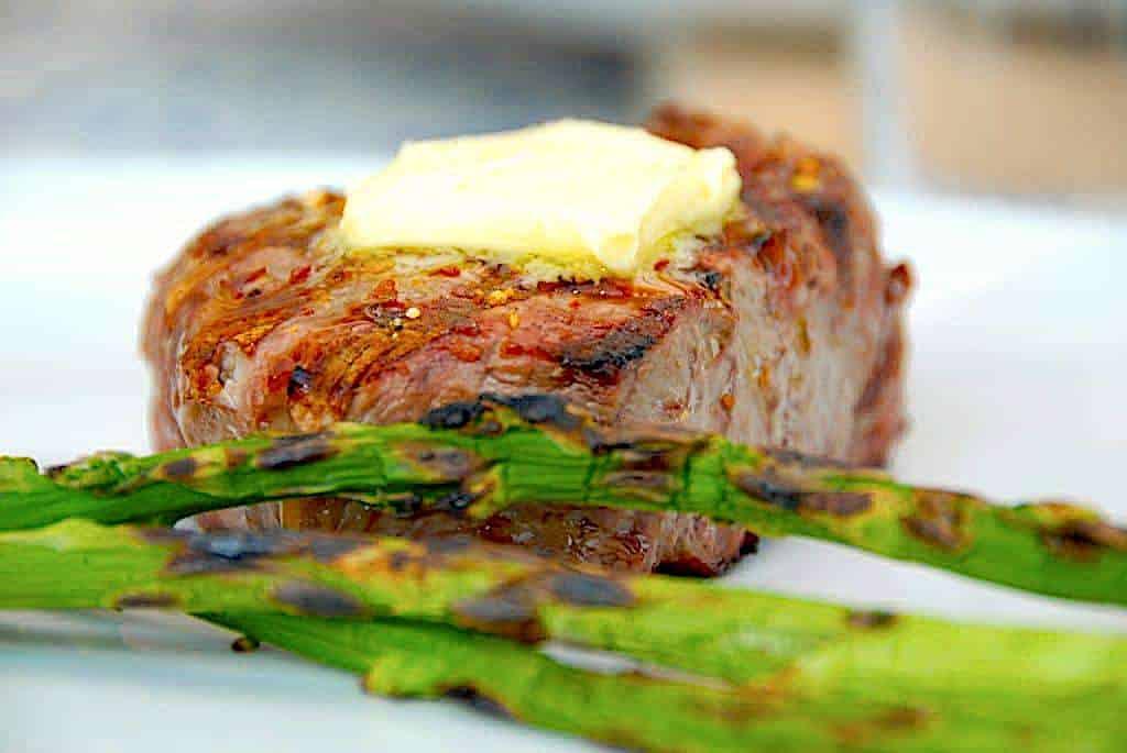grillbøf med grillede asparges