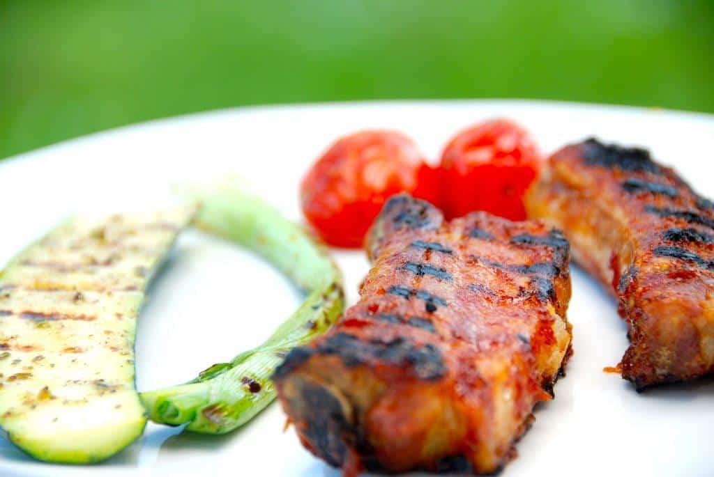 Til de grillede spareribs kan du blandt andet servere grillede squash, forårsløg og tomater. Foto: Guffeliguf.dk.