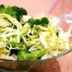 billede med grøn salat med broccoli, spidskål og pære