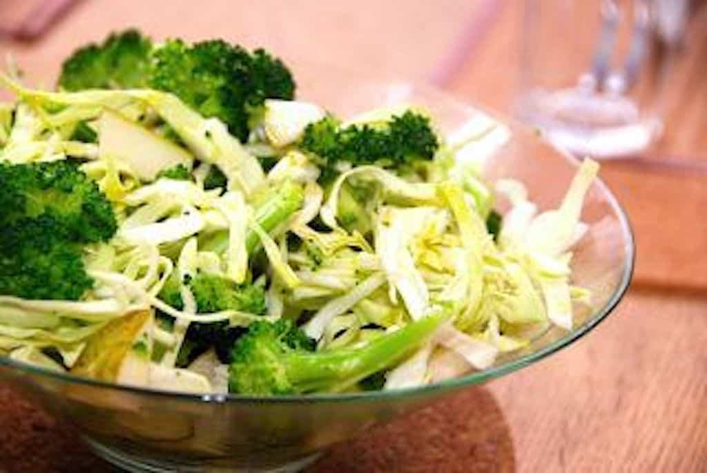 Grøn salat med broccoli, spidskål og pære