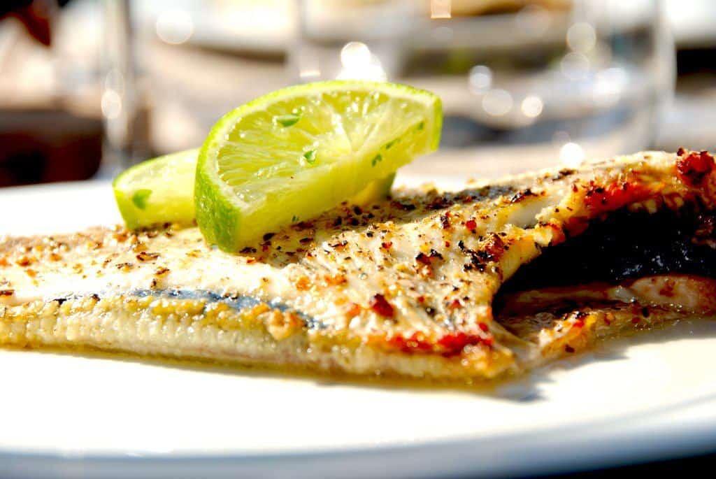 Hel rødspætte i ovn er nem mad med fisk, og her serveret med et par skiver frisk lime. Foto: Guffeliguf.dk.