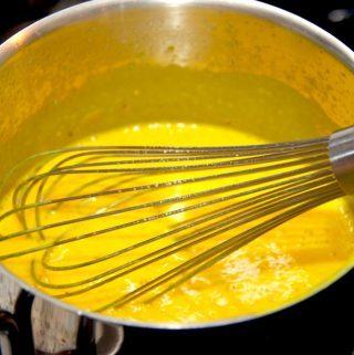 Karrysovs skal koges i fem minutter ved svag varme. Det fjerner smagen af hvedemel. Foto: Madensverden.dk.