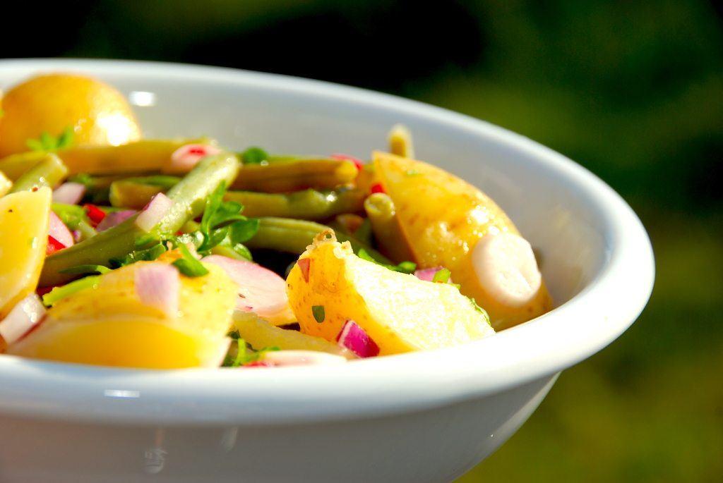 Klassisk kartoffelsalat med grønne bønner og radiser er sundt og lækkert tilbehør til mange retter med kød. Og en super lækker sommersalat, når du laver den med nye, danske kartofler. Foto: Guffeliguf.dk.