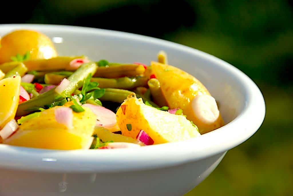 Kartoffelsalat med grønne bønner og radiser