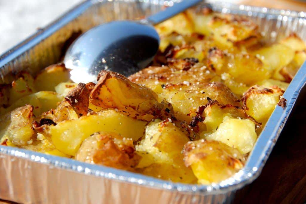 Lækre knuste kartofler med æbleeddike - vinegar style. Du kan lave de knuste kartofler i både ovn og grill. Foto: Madensverden.dk.