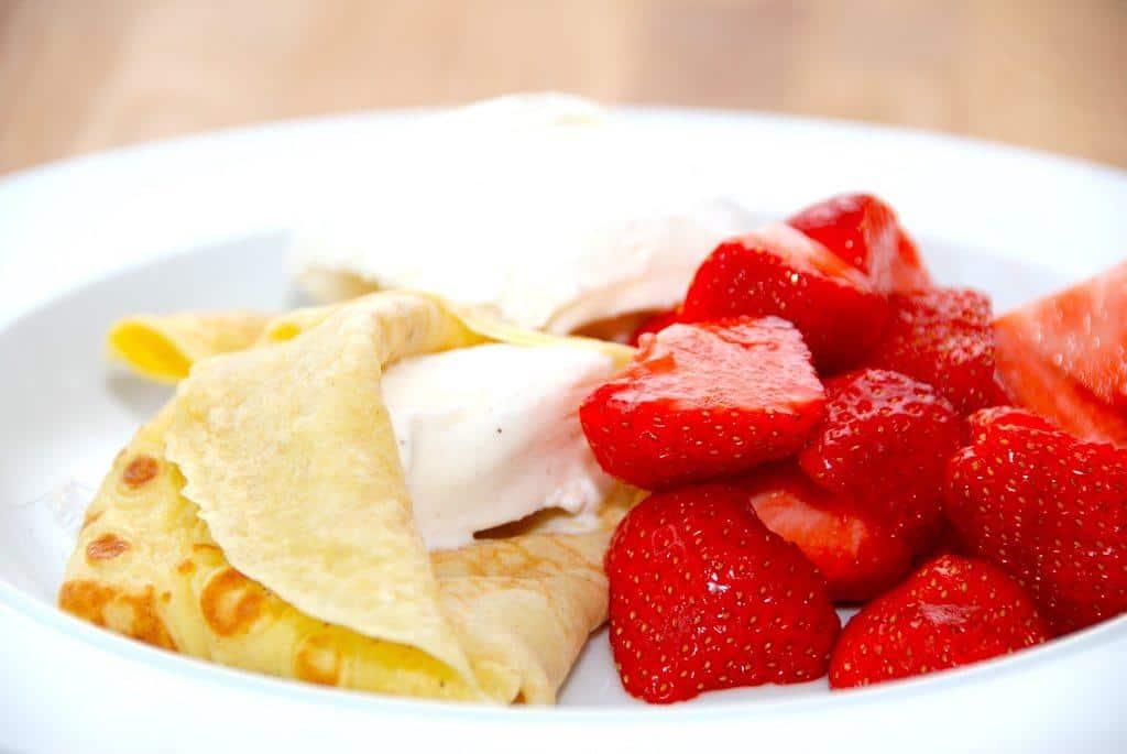 Sådan en dessert er jo ikke til at stå for: Pandekager med hjemmelavet is og dejlige, råsyltede danske jordbær. Foto: Guffeliguf.dk.