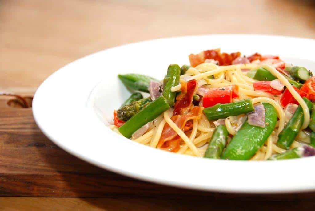 Sådan en dejlig pasta med sukkerærter er nem aftensmad, hvor du blandt andet laver pastaen med bacon og flødesovs. Guffeliguf.dk.