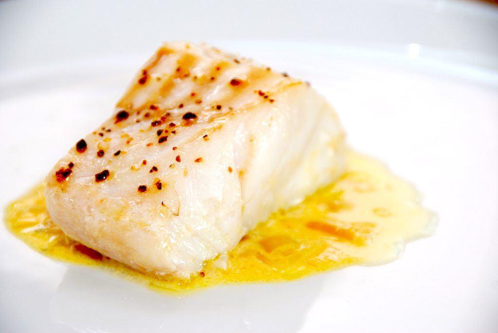 En eksklusiv safransauce, der passer perfekt til blandt andet dampet torsk. Safran er i øvrigt verdens dyreste krydderi, og det skal bruges med måde, da safranen efterlader en let bitter smag i maden. Foto: Guffeliguf.dk.