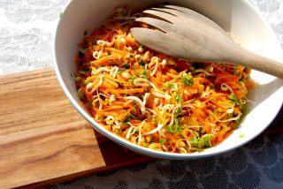 En smuk salat med bønnespirer, revne gulerødder og ristede cashewnødder. Vendt med en dejlig dressing. Foto: Guffeliguf.dk.