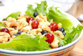 Salat med cashewnødder, vindruer og blåbær