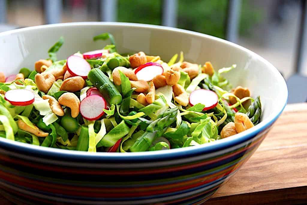 Spidskålssalat med radiser og asparges