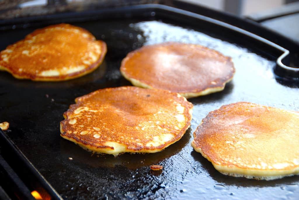 Amerikanske pandekager på grill (opskrift med Weber stegeplade)