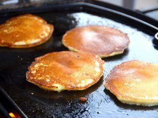 Amerikanske pandekager er fremragende at grille på en stegeplade, men de kan selvfølgelig også bages på en almindelig pande. Dejen skal være tyk, og pandekagerne bliver lette og luftige. Foto: Madensverden.dk.