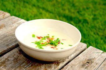 Sådan en blomkålssuppe med purløg og ristet parmaskinke er både en flot og velsmagende suppe. Blomkålssuppen er god til både forret og hovedret, da den er meget nærende. Foto: Madensverden.dk.