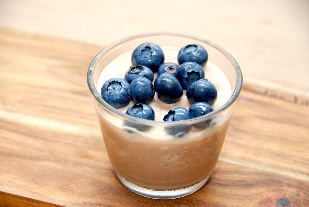 En skøn opskrift på Cocio is, der serveres i et lille glas med blåbær. Foto: Guffeliguf.dk.
