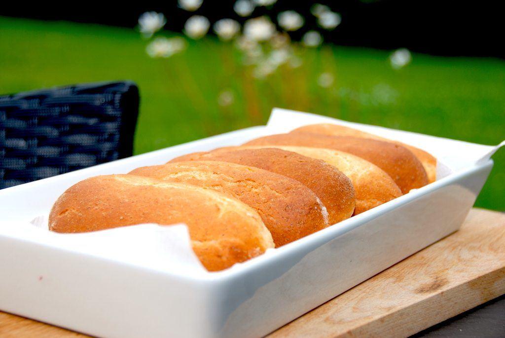 Luftige og lækre fuldkorns pølsebrød, så din hotdog bliver lidt sundere. Pølsebrødene er nemme at bage selv, og smager meget bedre end de købte. Foto: Guffeliguf.dk.