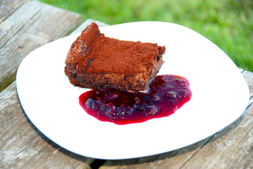 Grillet Gateau Marcel er en super god dessertkage, der her er serveret med en hjemmelavet solbærkompot. Kompotten giver et syrligt modspil til den søde kage. Foto: Guffeliguf.dk.