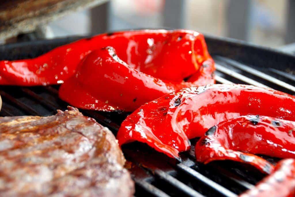 Grillet snackpeber med æbleeddike er perfekt tilbehør til blandt andet en god bøf. Snackpeber grilles ved direkte varme. Foto: Guffeliguf.dk.