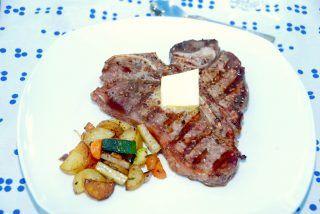 Grillet T-bone steak med lynsauterede grønsagstern og smør