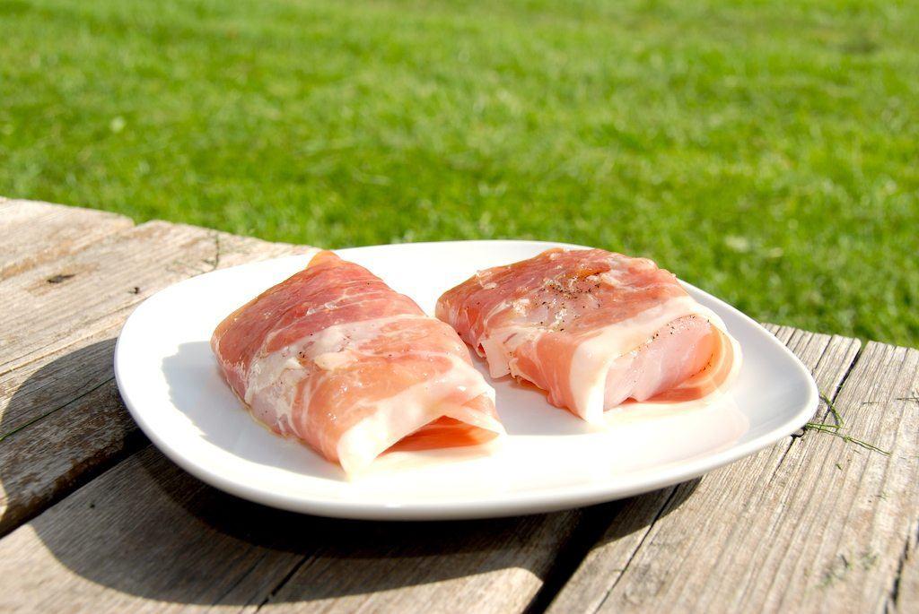 Grillet torsk, hvor fisken omvikles med en delikat parmaskinke fra Italien. Skinken gør det meget nemmere at grille torsken, da den så ikke falder fra hinanden. Foto: Guffeliguf.dk.