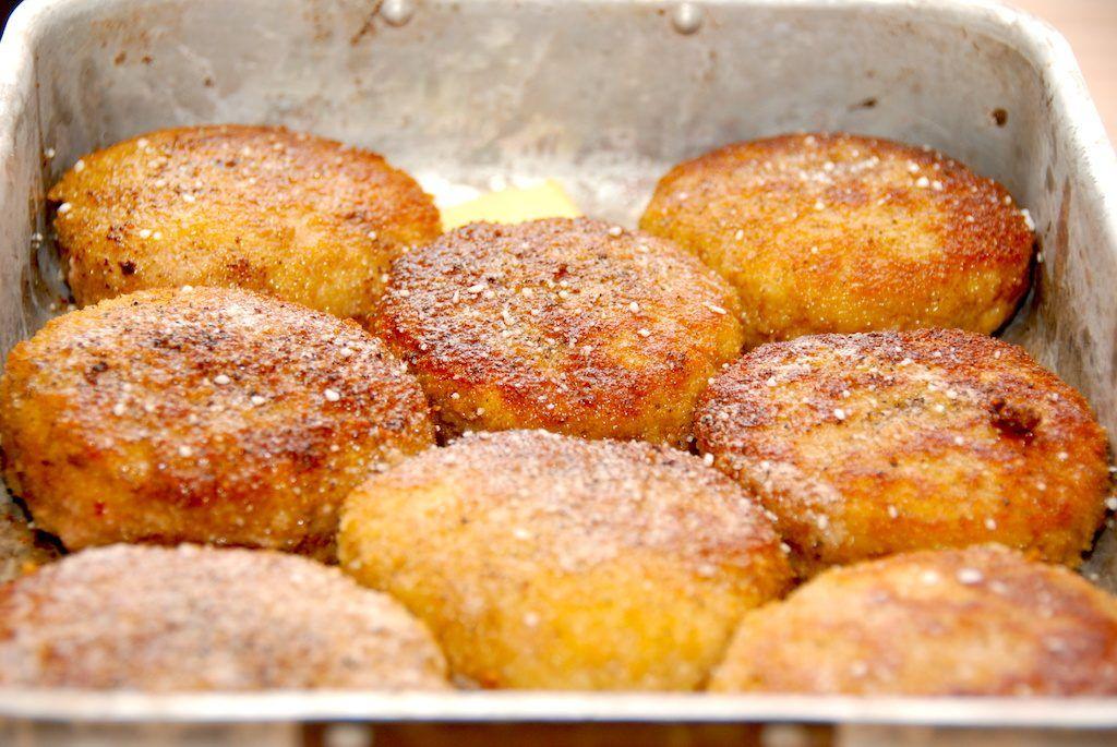 Så de brunede karbonader klar til en tur i ovnen. Opskriften er til fire, men lav gerne otte, for karbonaderne er super gode til madpakken dagen efter. Foto: Madensverden.dk.