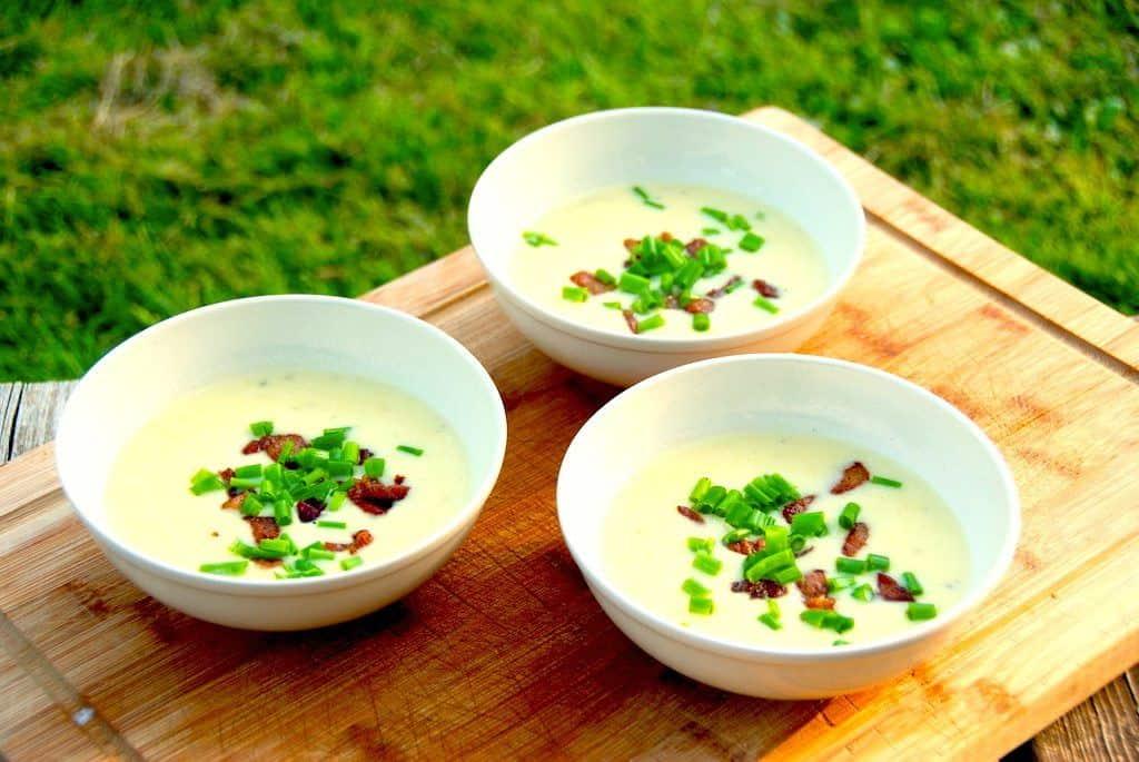 Kartoffel porre suppe med sprøde bacontern og purløg