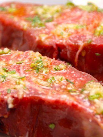 Grillede lammekoteletter med rosmarin og hvidløg