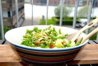 Melonsalat med asparges, radiser og saltede mandler