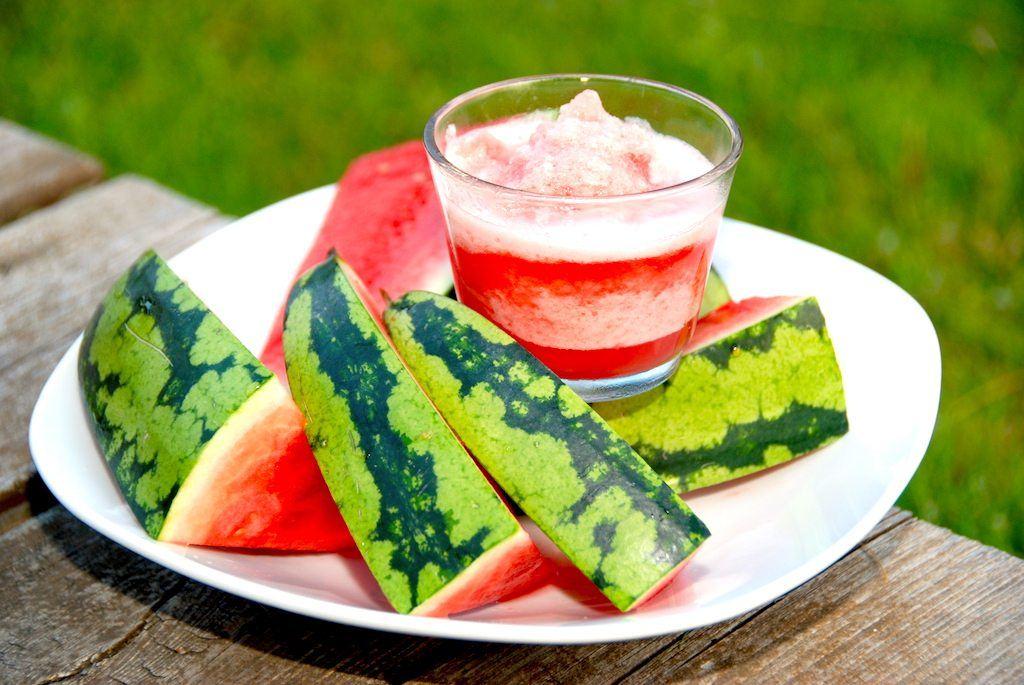 Melonsorbet er en af de flotteste desserter. Sorbet is med vandmelon - som selvfølgelig anrettes med frisk vandmelon, der er skåret ud. Brug gerne en kernefri vandmelon til isen. Foto: Guffeliguf.dk.