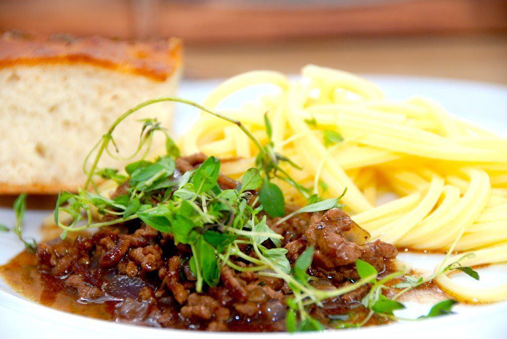 Millionbøf med pasta er nem aftensmad. Dels tager retten kort tid at lave, men der indgår desuden få ingredienser i den. Men smagen er fremragende. Foto: Guffeliguf.dk.